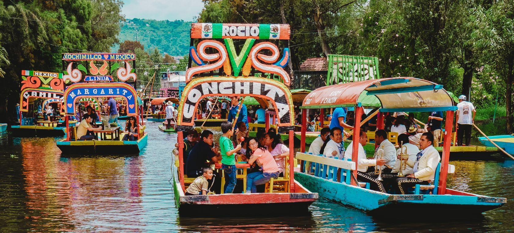 Trajineras flotando en el lago de Xochimilco